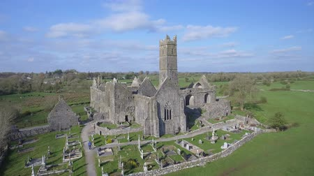 irlandia : Aerial view of an Irish public free tourist landmark, Quin Abbey, County clare, Ireland. Aerial landscape view of this beautiful ancient celtic historical architecture in county clare ireland.