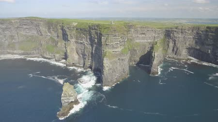 irlandia : Birds eye aerial view from The Cliffs of Moher in County Clare,Ireland. Epic Irish Landscape Seascape along the wild atlantic way. Beautiful scenic rural countryside in Ireland.