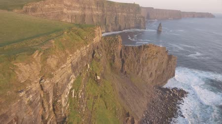 irlandia : Aerial Ireland countryside tourist attraction in County Clare. The Cliffs of Moher. Epic Irish Landscape along the wild atlantic way. Beautiful scenic irish nature . Flat video