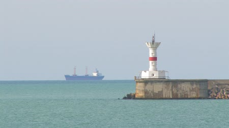 világítótorony : Lighthouse and ship.