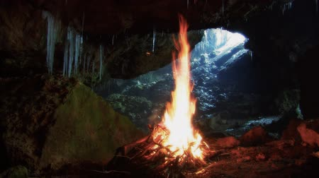 barlang : Bonfire in a cave.