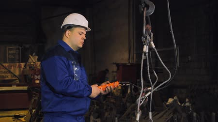 grua : Engineer working on a crane factory