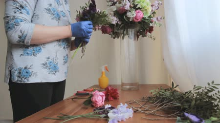 florista : florist creates decorations Stock Footage