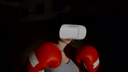 bokszoló : The girl, a young woman wears glasses and VR is Boxing