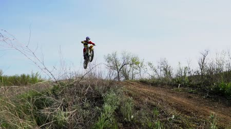 enduro : Enduro motocross off-road racing. dust from under the wheels Stock Footage