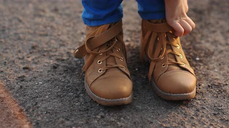 krawat : Teen in brown boots Wideo