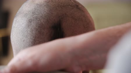 bas : electric razor shave the head guy Stok Video