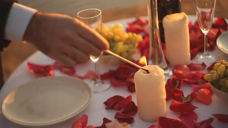 canteiro de flores : Romantic night. Rose and candles on table. Vídeos