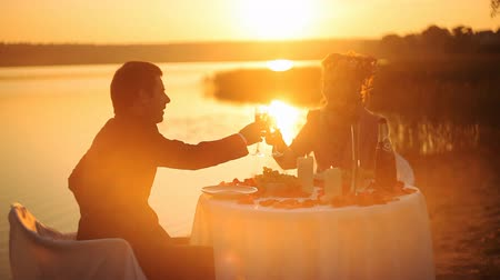 vacsora : young couple share a romantic dinner on the beach