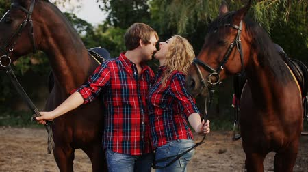 csókolózás : couple kissing on a walk with horses Stock mozgókép