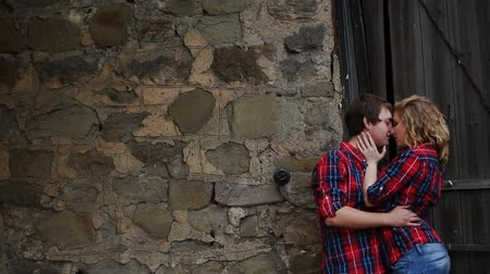 eski moda : beautiful young couple standing near the door kissing Stok Video