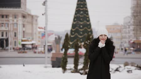 sporty zimowe : beautiful girl in the city on the background of Christmas tree