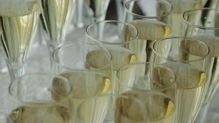 обедающий : glasses of champagne at a wedding cocktail party Стоковые видеозаписи