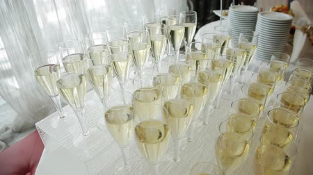 arife : glasses of champagne at a wedding cocktail party Stok Video