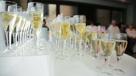 šampaňské : Many glasses of champagne on the table