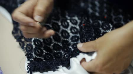varrónő : seamstress sews a dress of guipure Stock mozgókép