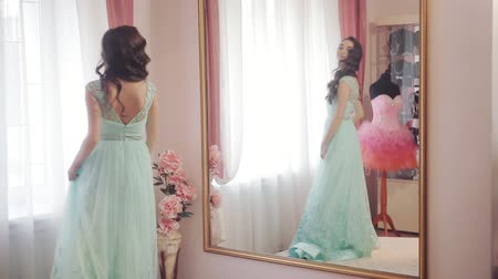 подвенечное платье : Happy woman looking in the mirror, admiring the chosen dress and spinning it Стоковые видеозаписи
