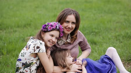 portre : Mother outdoors with her two daughters showing off her beautiful children. Stok Video