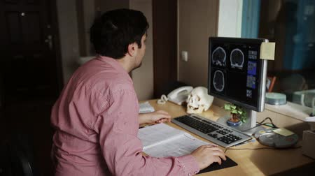 radiologia : Doctor working with CT scan