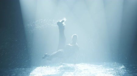 pausa : dancer does a break-dance in the water in a circle of light Vídeos