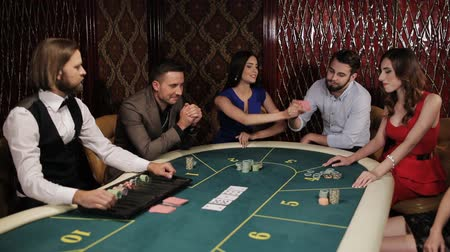 казино : The game of poker. Girl in blue dress enjoys win at the casino. Стоковые видеозаписи