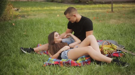 otuzlu yıllar : Beautiful Young Couple Having Picnic in Countryside. Happy Family Outdoor. Smiling Man and Woman relaxing in Park. Relationships.