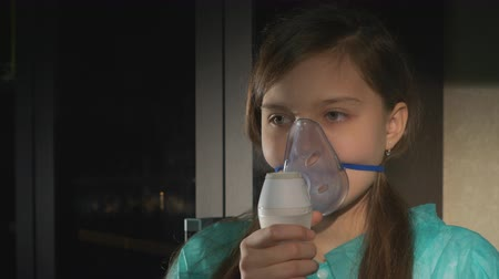 oksijen : Girl with asthma problems making inhalation with mask on her face
