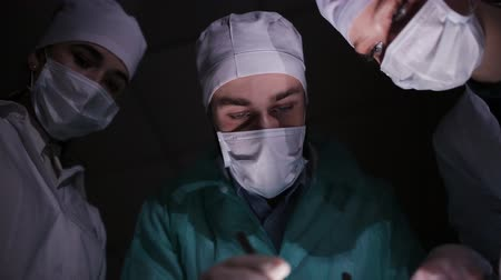 chirurgie : Doctors surgeons operate patient in operating theater. Surgical team performing operation in hospital operating room. Surgery on specialized clinic. Dostupné videozáznamy
