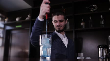 kırmızı şarap : Handsome barman professional at posh bar making cocktail drinks