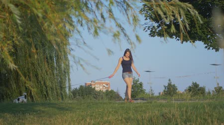 excitação : A woman is walking with a dog on a leash
