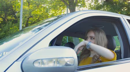 telefon : The girl in the car is stuck in the traffic of cars and can not get to work Stock mozgókép