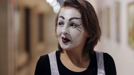 palyaço : mime with a white make-up on her face shows different emotions