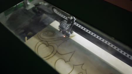 редактировать : CNC machine cutting wood with a laser. CNC machine at work.