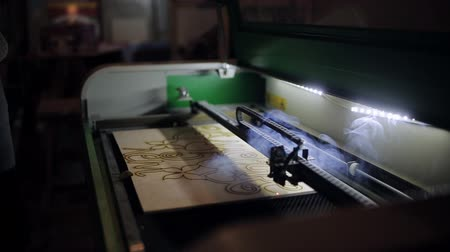 редактировать : The man opens the lid of the laser systems for cutting plywood with a laser Стоковые видеозаписи
