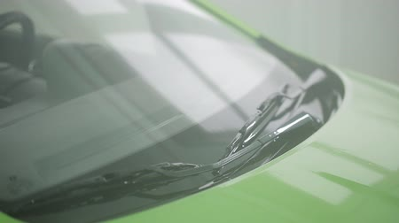 заподлицо : The process of washing a green car in a specialized car wash.