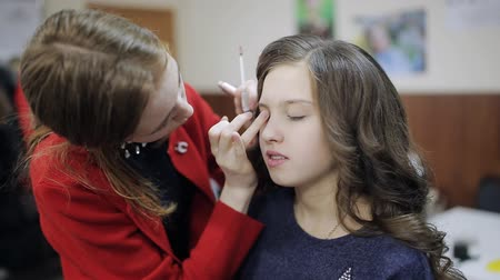 cienie do powiek : Makeup artist paint brush the eyes of the girl the teenager
