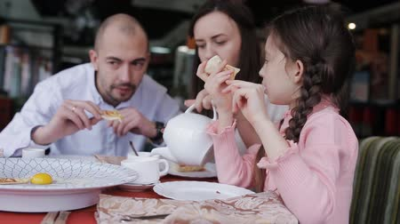 suíça : Happy family in a cafe happy to eat pizza and socialize with each other