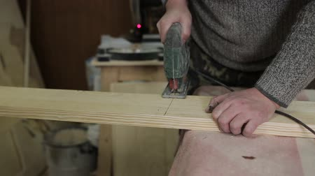 piŁa : Sawing the board with a jigsaw. Wideo