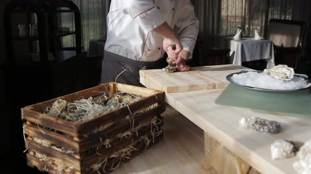 midye : The chef at the restaurant opens oysters Stok Video