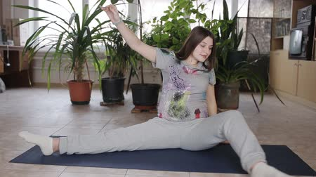 предродовой : Young Pregnant Woman Doing Stretching and Fitness in Living Room at Home. Стоковые видеозаписи