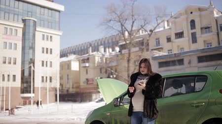 придорожный : The car broke down a pregnant woman in the winter.