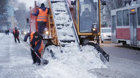 kepçe : municipal snow removal machine grabs snow from the street