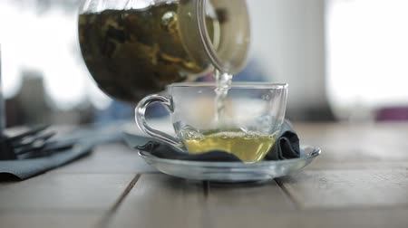 bule : pours green tea into a Cup