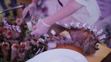 dana eti : Male chef in restaurant hall cut up roast goose in front of enthusiastic guests
