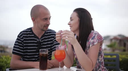 coquetel : man and woman drinking cocktails in a cafe outdoors