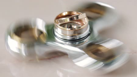 casar : Wedding rings of the bride and groom rotate on the spinner. close-up