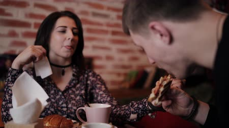 kajdanki : A young couple chained together by handcuffs Breakfast in the cafe
