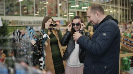 seçme : Group of friends at the supermarket, choose a new year glasses Christmas party