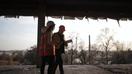 felülnézet : Foreman shows two women inspectors to the construction site.