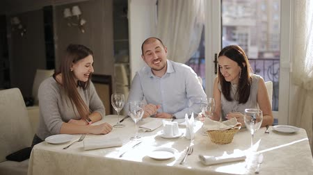 jubileu : A man and two ladies at a table in a restaurant waiting for your order. Stock Footage